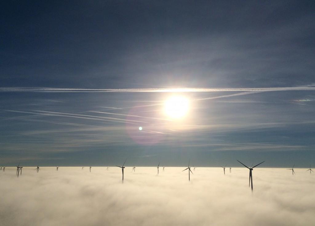 Parque Eólico San Lorenzo entre la niebla